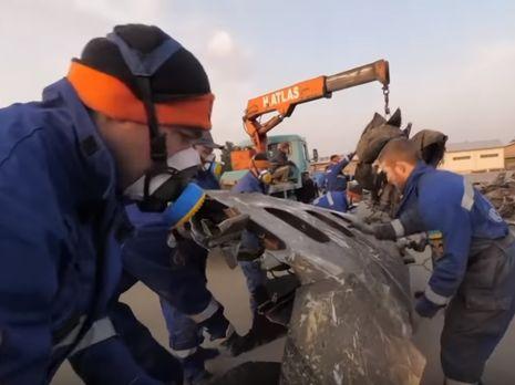 Украинские спасатели обнародовали видео с места поиска и сортировки обломков украинского самолета в Иране. Видео - «Новости Дня Видео»