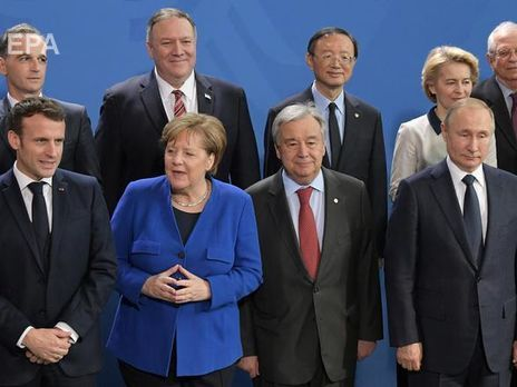 В Берлине Путин опоздал на фотосессию участников саммита по Ливии. Видео - «Новости Дня Видео»